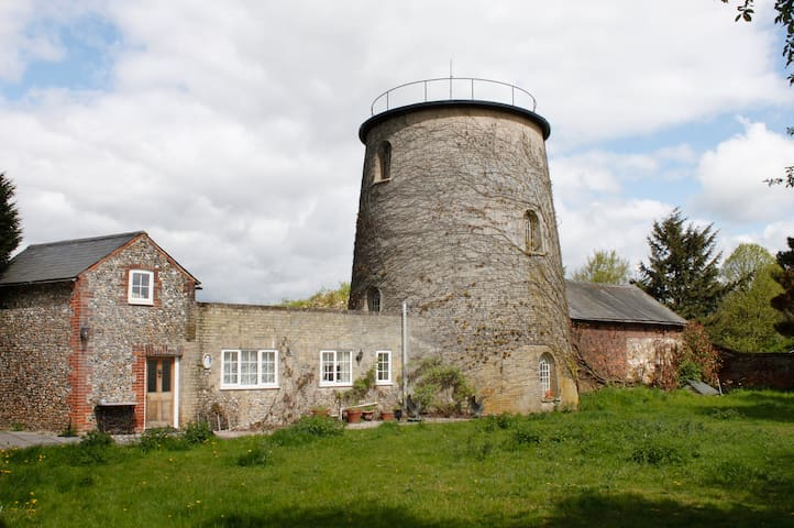 Cosy Cottage adjoins 1836 Windmill Tower