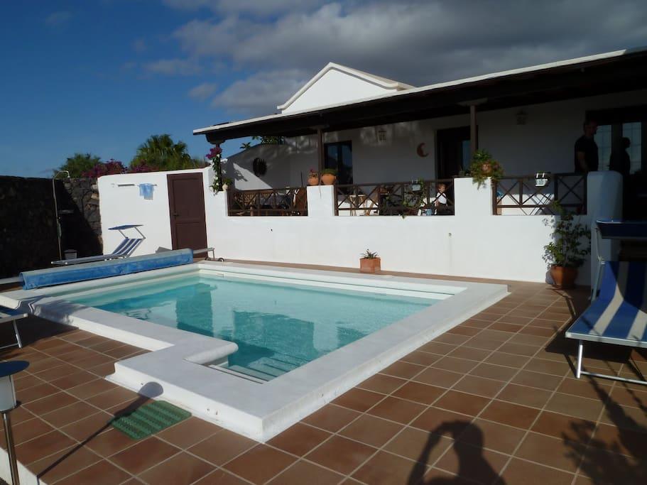 Ansicht vom Garten mit Blick auf Pool und Terrasse.