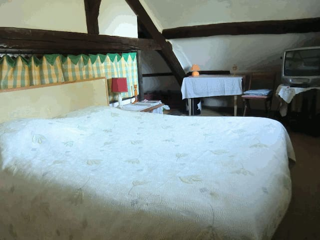 Chambre Pignon 4 personnes - Faverges-de-la-Tour - Bed & Breakfast
