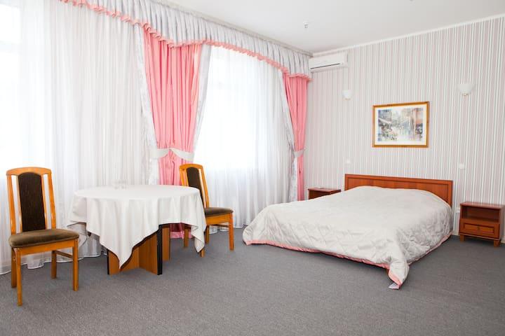 Отель в  Киеве в живописном месте - Киев - Квартира