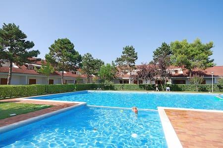 Villa a schiera con piscina - 2 camere e 2 bagni - Bibione