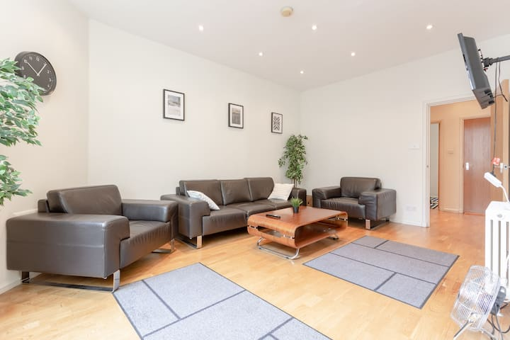 Cosy Flat in Amazing West End Central Location!