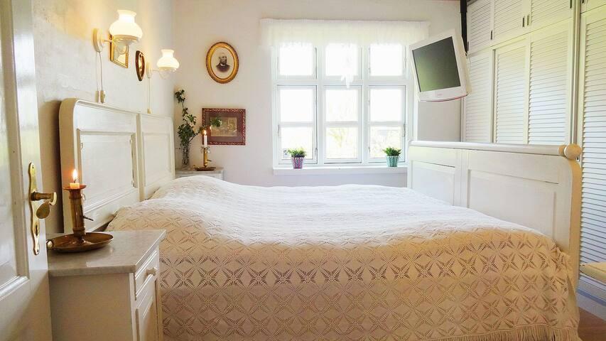 Skønt værelse, eget bad og indgang, nær Juelsminde