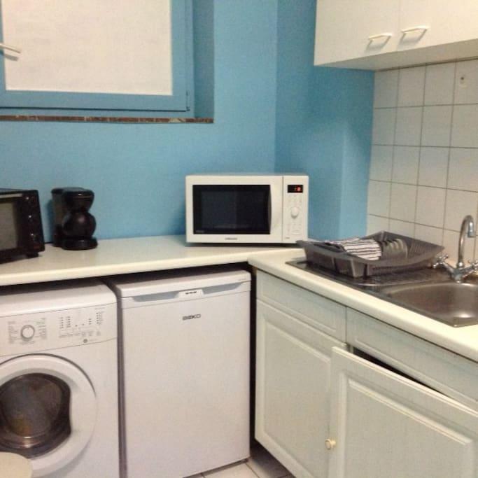 Cuisine avec frigo, micro-onde, cafetière électrique et machine à laver