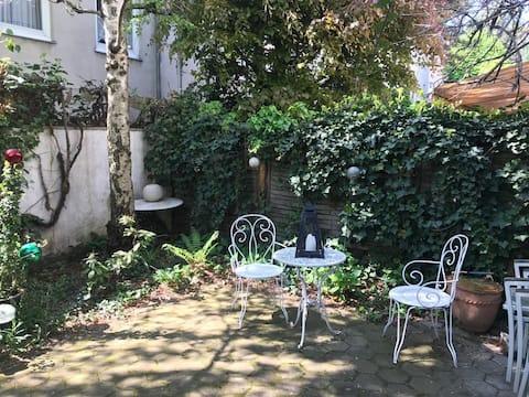 Уютна квартира з садом