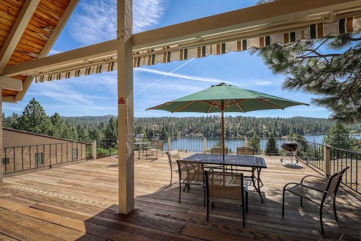 A-frame home w/ stunning lake views, huge deck, shared pool + near Yosemite!