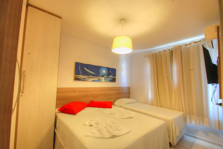 Suite con armario empotrado, cama matrimonial y cama individual.