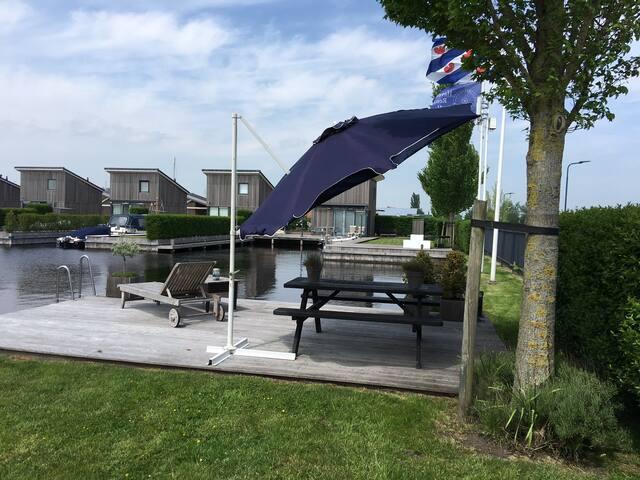 Huisje met bootje aan water in HEEG, FRIESLAND NL. - Heeg - Cabaña