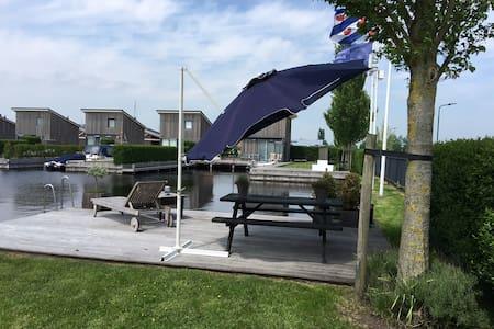 Huisje met bootje aan water in HEEG, FRIESLAND NL. - Heeg - Stuga