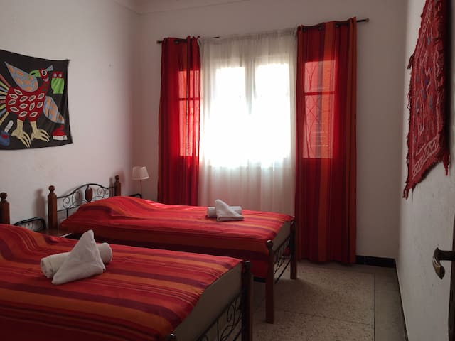 Chambre  avec grand placard donnant sur cour intérieure