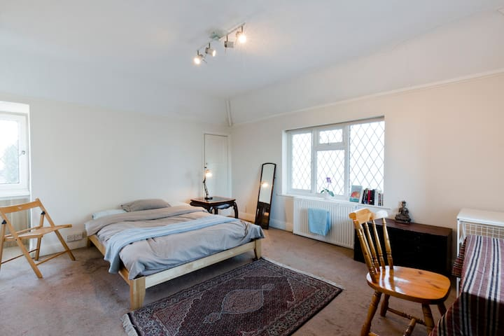 Comfy Private room in Thames Ditton - Thames Ditton - Casa