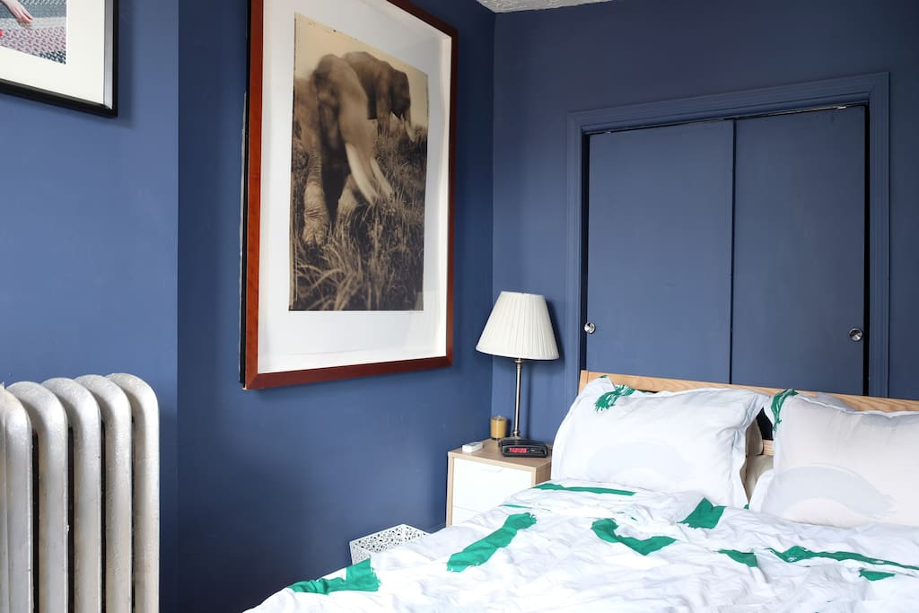 Bedroom w/ bed
