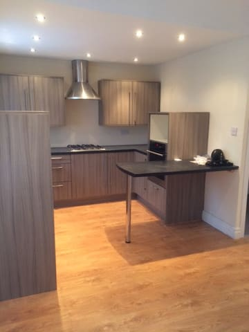 Beautiful Flat Old Roan Station with Parking - Bootle - Apartment