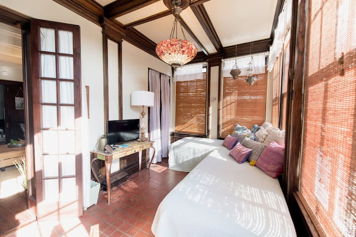 The sun room also provides two single beds.