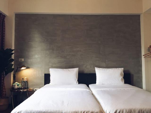 屏東微旅3-2微工業二單人床房。鄰近於屏東大學〈屏商校區、民生校區〉及演藝廳之平價休憩別墅。