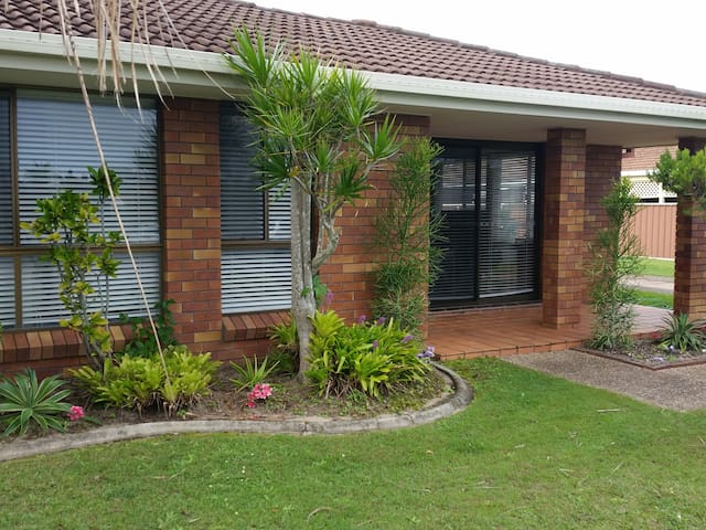 Prvate Rm + Bthrm in Tidy Villa 1.5km to Kirra - Tweed Heads - วิลล่า
