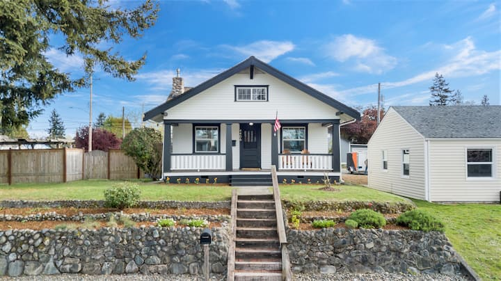 North Tacoma Bungalow - Fully Renovated - Sleeps 8