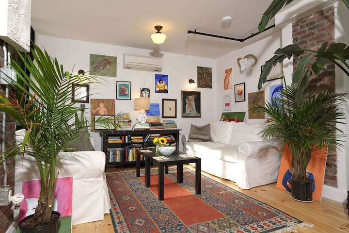 WILLIAMSBURG AUTHENTIC ARTIST LOFT