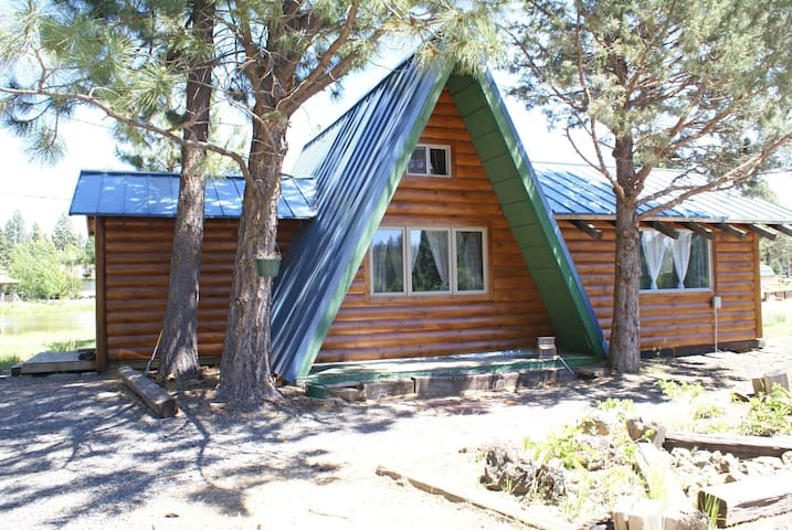 Cozy A-frame minutes from Bend on Private Pond - Bend - Cabaña