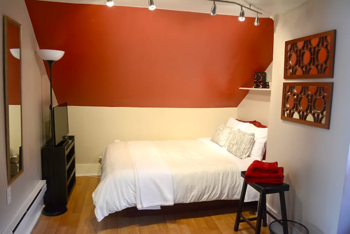 Comfy 2 bedroom close to Airport, Trains, and NYC