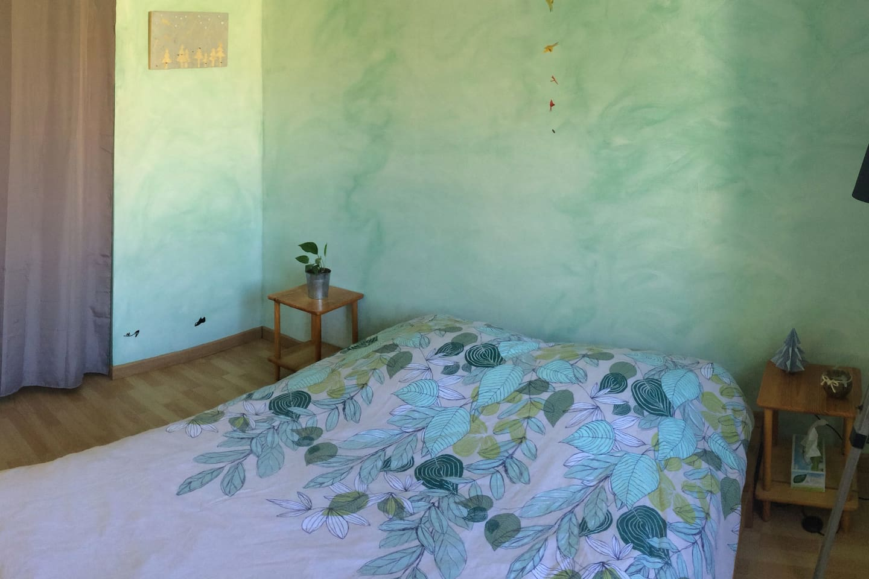 Voici votre chambre, calme et spacieuse avec une étagère et sa penderie