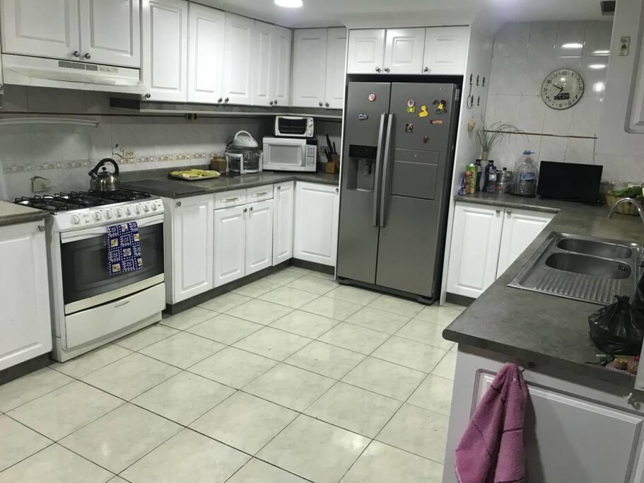 Amplia cocina 24 horas disposición