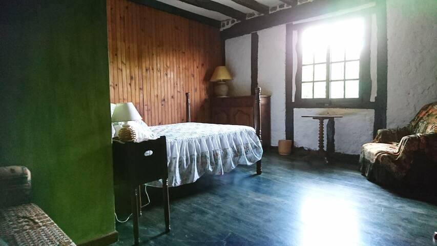Chambre  Basque de caractère lit 140