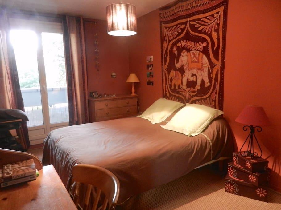Une première chambre de 12m2 avec un grand lit de 160