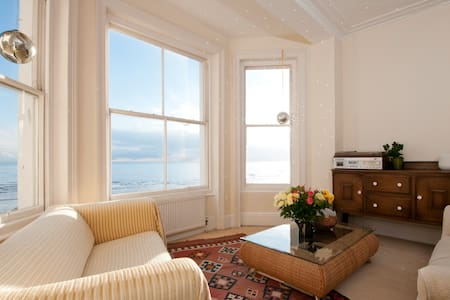 Beautiful Seafront Sunny Apartment - Hastings - Apartment
