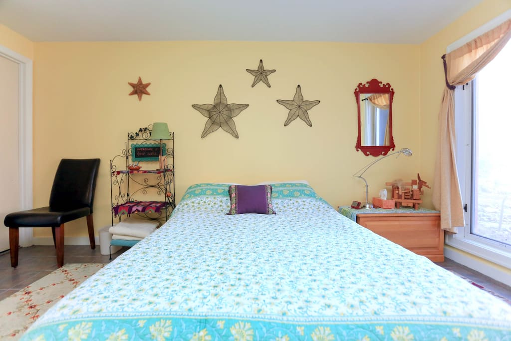 Primary bedroom with queen size bed.