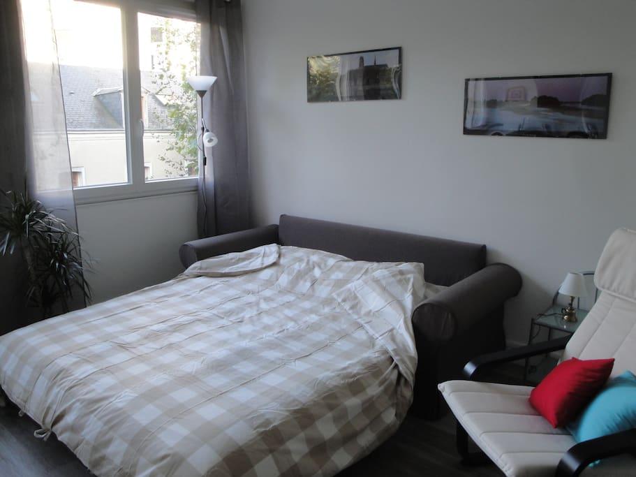 Un canapé lit large et confortable