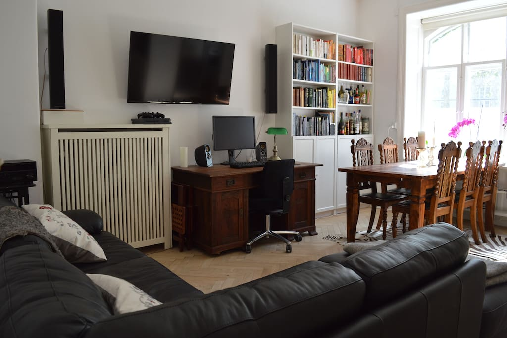 """Living- and dining room with entertainment system (PS4), 55"""" TV and stereo"""