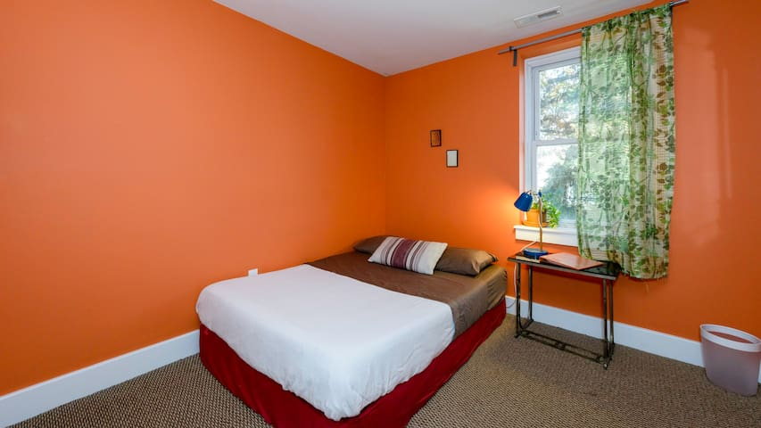 Little Orange Room in Cozy RowHome - Filadelfia - Dom