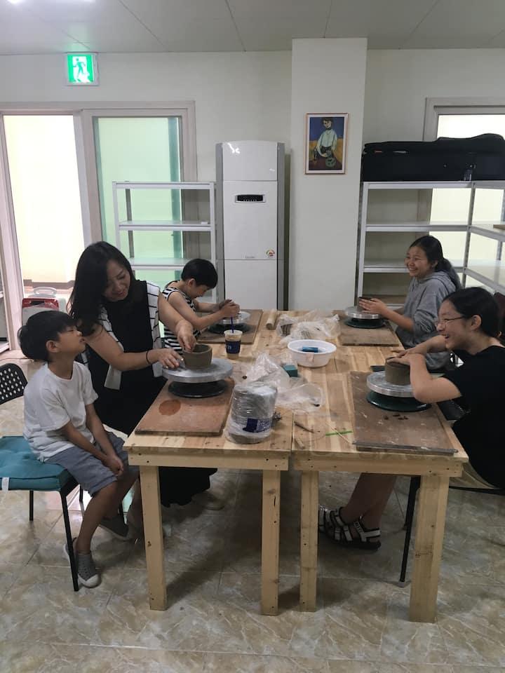 엄마랑 아이들과 컵만들기 중