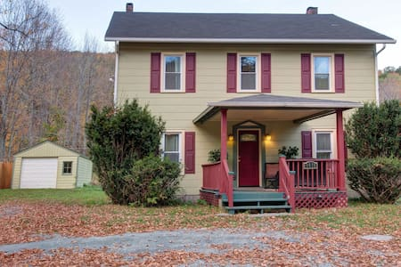 Newly Renovated Farmhouse-4 BR/2BTH - Pine Hill - House