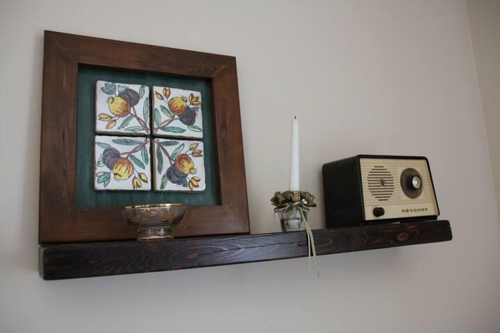Azulejos pintados a mano y radio antigua