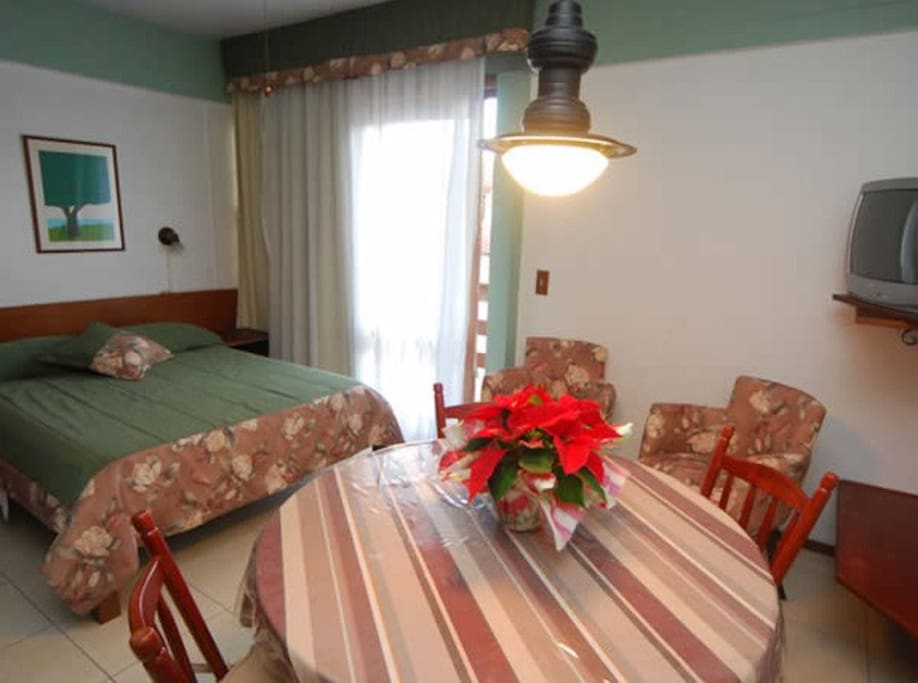 Apartamento: quarto de casal e copa