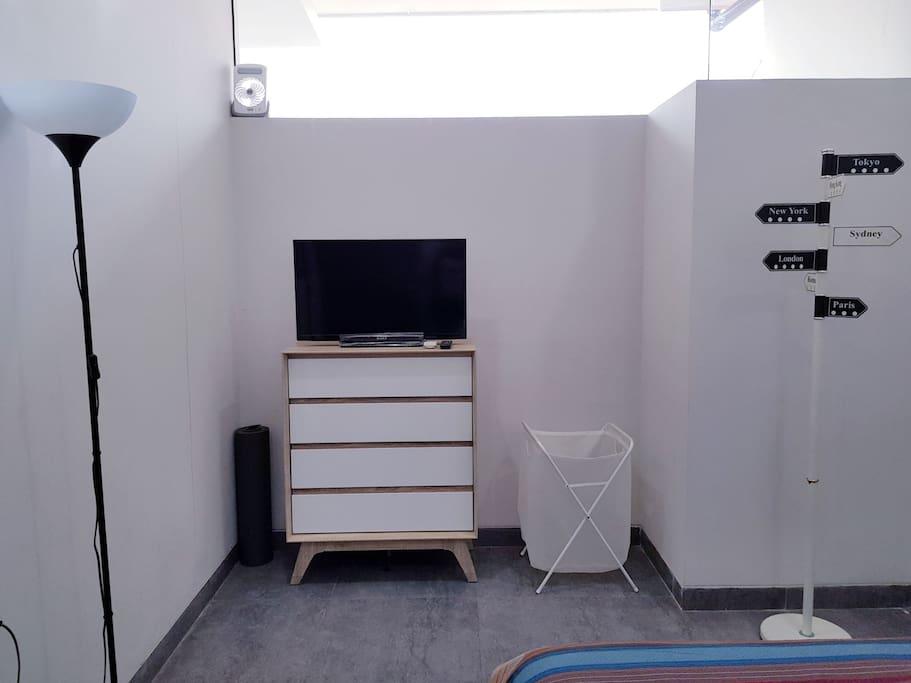 Standing lamp, lemari baju lipat, tv, tempat baju kotor, gantungan baju, emergency lamp