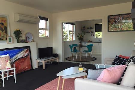 Art Apartment in perfect location - West Launceston