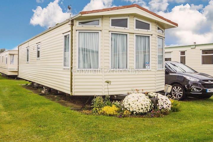 Great 6 berth caravan for hire by the beach in Norfolk ref 50027