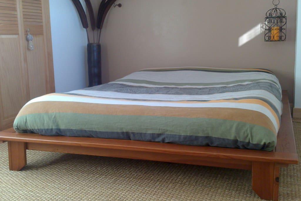 11 m² très lumineuse, le soleil entre dans la chambre à son levé.  Et le coq aussi  ;o)