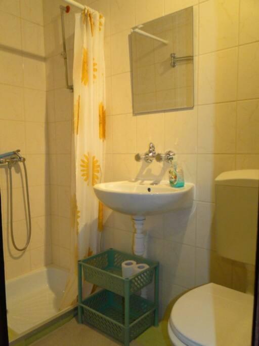 Mała łazienka z prysznicem, zlewem, WC, ciepła woda
