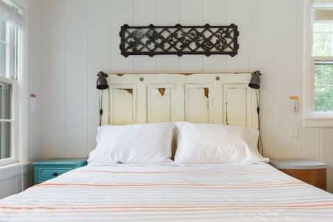 The Nashville Nifty-a Homey Guest Room with Ensuite