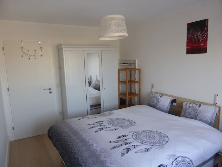 Nice Bedroom with city view near train station