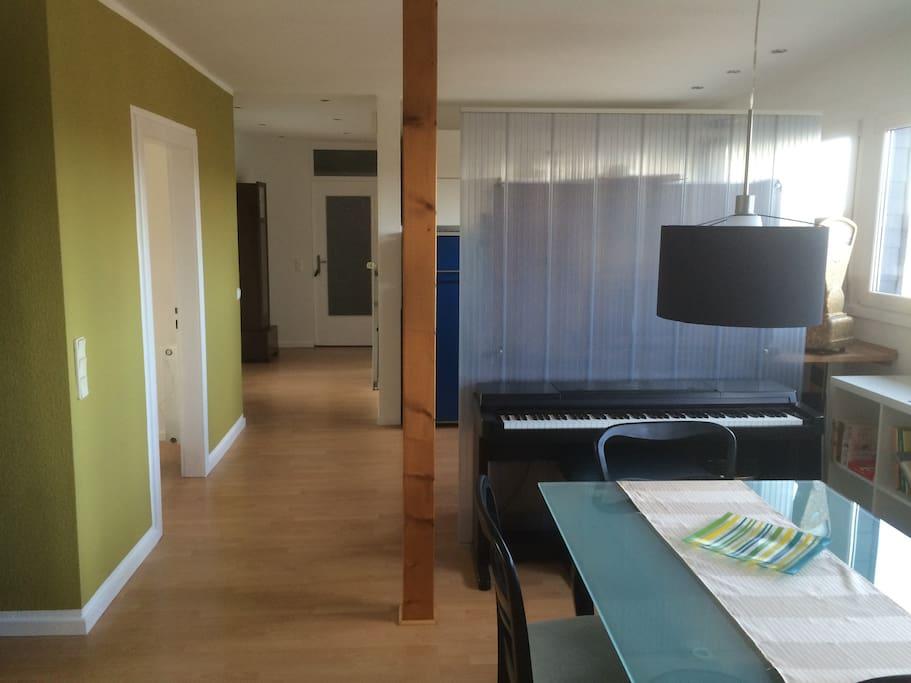 Vom Esszimmer in die Küche. Angrenzend das Kinderzimmer und die Dachterrasse.