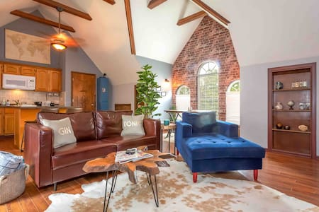 🏡 The Tree-top Loft. 5 minutes from I-24!