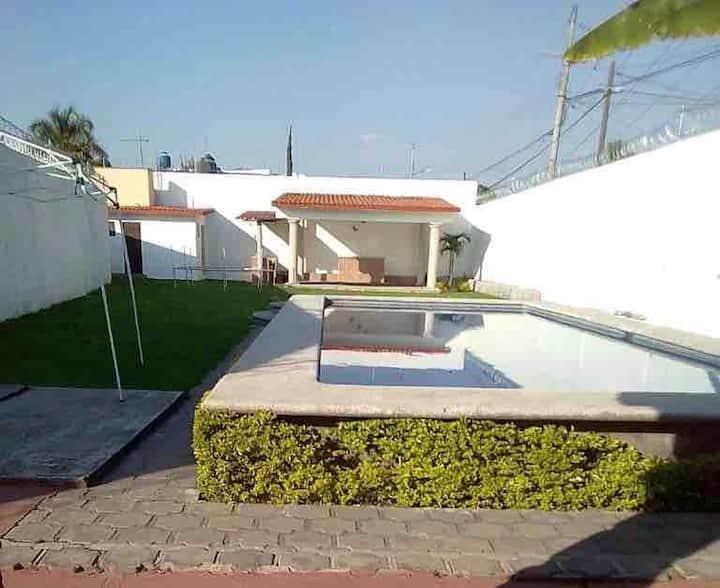 Hermosa casa  alberca, terraza con asador y jardín