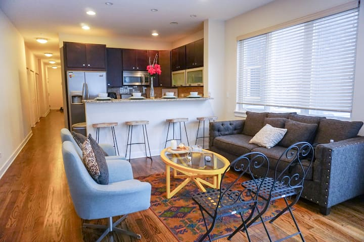 Spacious Condo Centered between CHICAGO and O'hare