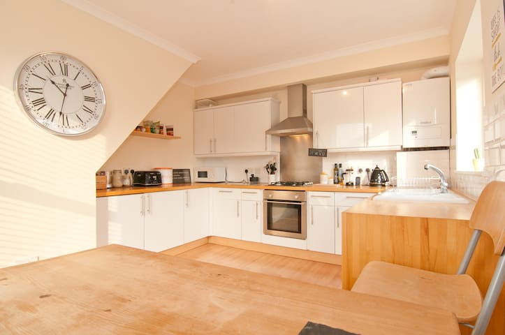 Bright & Airy Flat Close To Ferry Links