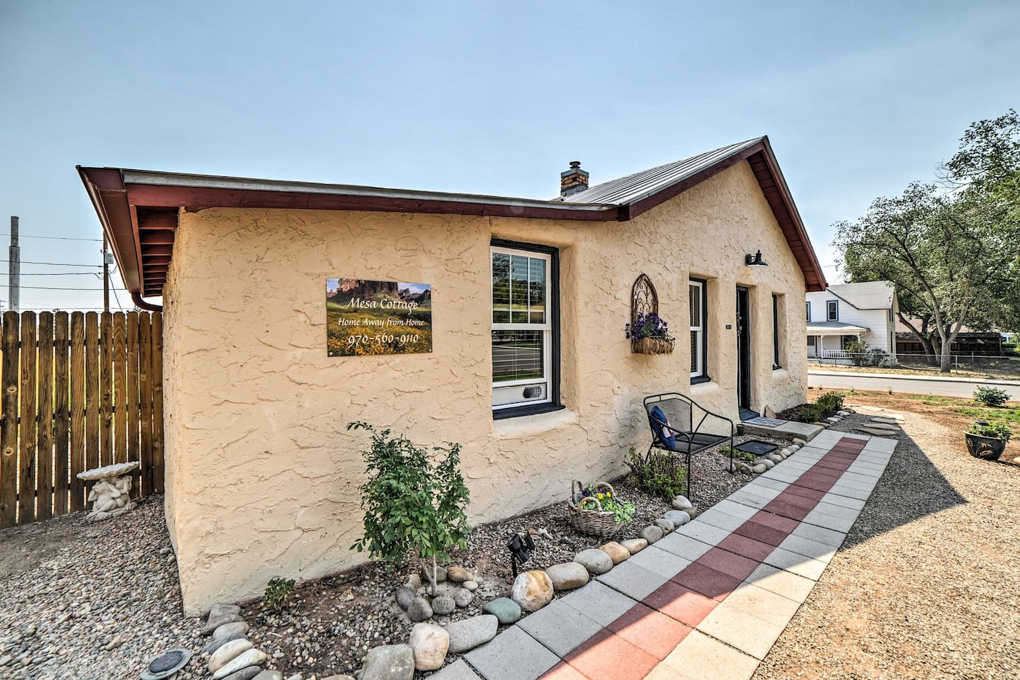 Escape to Mesa Cottage, with picturesque mountain views nestled in a quiet town.